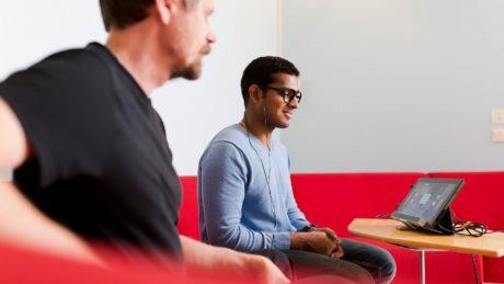 Kaksi miestä käyttämässä tietokonetta.