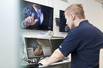 Mies tekee töitä tietokoneella