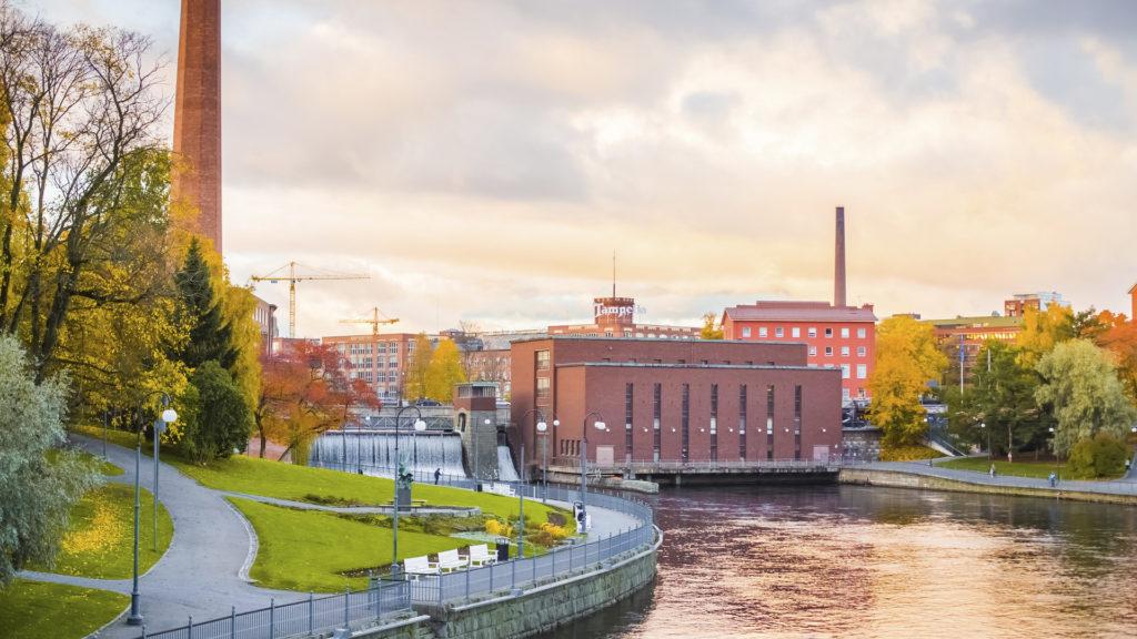 Tampereen kaupunkimaisemassa näkymä Tammerkoskeen ja sähkölaitokselle.