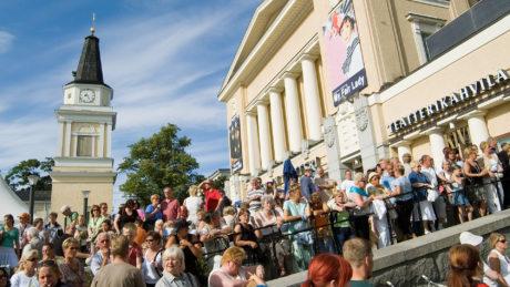 Näkymä Tampereen Keskustorilta Teatterille ja ihmisjoukkoon.