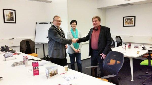 Hermia Yrityskehityksen toimitusjohtaja Pekka Jussila, Regus Koran Innovation Manager Timo Lahti sekä Marianna Piippola sopimassa yhteistyöstä.