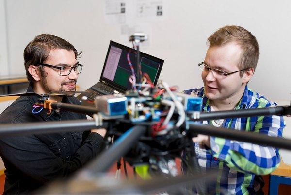 Osaajien saatavuus on yksi tärkeimmistä syistä, miksi yritykset sijoittuvat ja pysyvät Tampereen seudulla. Kuvassa TTY.n opiskelijoita. (Kuva: Opa Latvala)