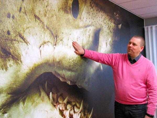 Mediapolis-hankkeen kehityspäällikkö Jan Kolkkinen ja turvallinen lähikosketus haihin – tässä kokoustilassa ei tarvitse tuijotella vaaleita seiniä.