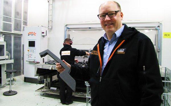 NMC Cellfoam on alihankintayritys, joten asiakasyritysten menestys on sille tärkeää. Kuluttajalle asti esimerkiksi tämä tuote päätyy aikanaan osaksi moottorikelkan rakennetta, kertoo kaupallinen johtaja Jussi Eerola.
