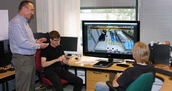 Hannu Vainio-Mattila sekä opiskelijat Mikko Ylitalo (vas.) ja Jussi Säilä ovat siirtäneet 3D-pelitekniikkaa teolliseen toimintaympäristöön.