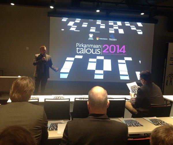 Markus Sjölund avaa lukuja Pirkanmaan talouskatsauksen julkistamistilaisuudessa tulevaisuusfoorumissa uudessa Solo Sokos Hotel Tornissa 15.10.2014