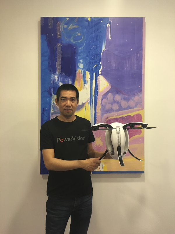 PowerVisionin toimitusjohtaja Huber Hu esittelee PowerEgg kopterikameraa