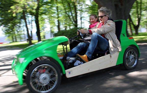 Eppu Normaalin Juha Torvinen pääsi ensimmäisten joukossa kokeilemaan Tampereella lanseerattua Scouteria. Hän arvelee, että se antaa paljon mahdollisuuksia niin huvi- kuin hyötykäytössäkin. Kuva: Rideascout.