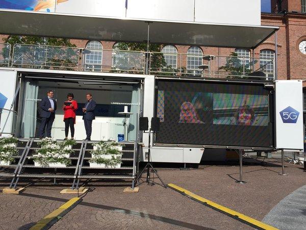 Maailman ensimmäinen 5G-puhelu tapahtui videopuheluna ja esitettiin isolta screeniltä Tampereen Frenckellin aukiolla