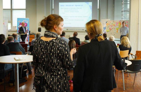 Nelikymmenhenkinen kehittäjäryhmä kokoontui Tampereella.