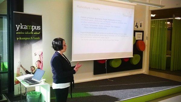 Tredean Niina Immonen TAMK:n Y-kampuksella pidetyssä yrityspalveluinfossa. (Kuva: Jukka Reunavuori/Tredea Oy)