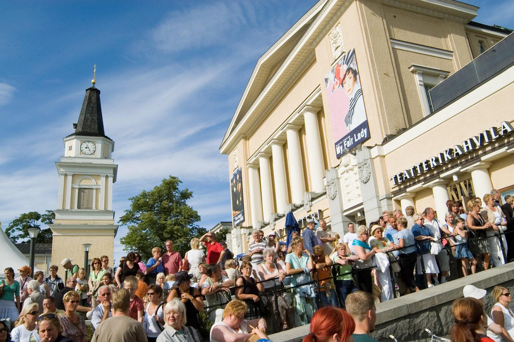 väkijoukko Tampereen keskustorilla