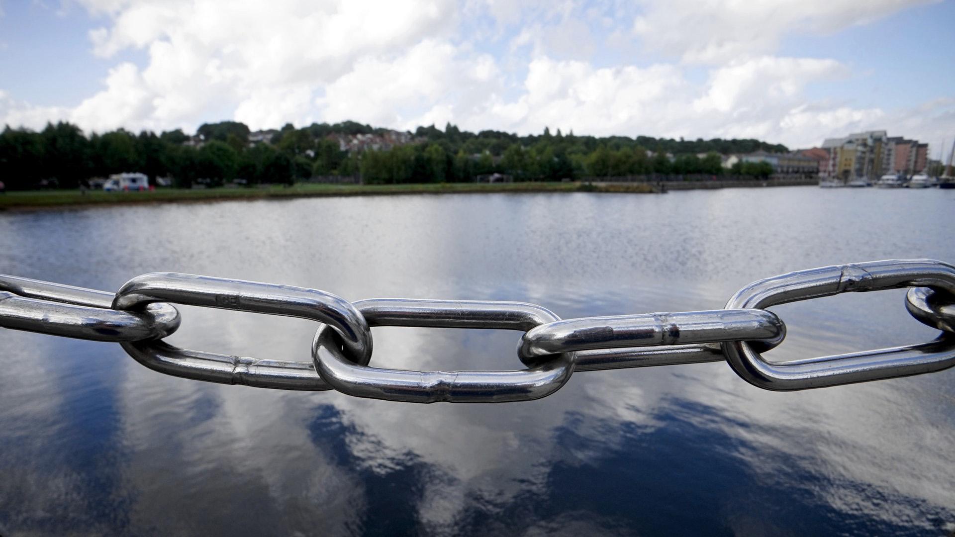 järvimaisema, edustalla metalliköysi