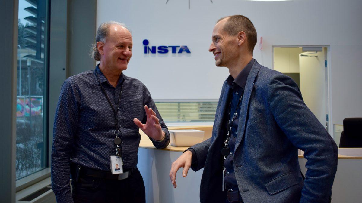 Insta Group, Esa Einola ja Juha Latvala Sarankulman kampuksen aulassa.