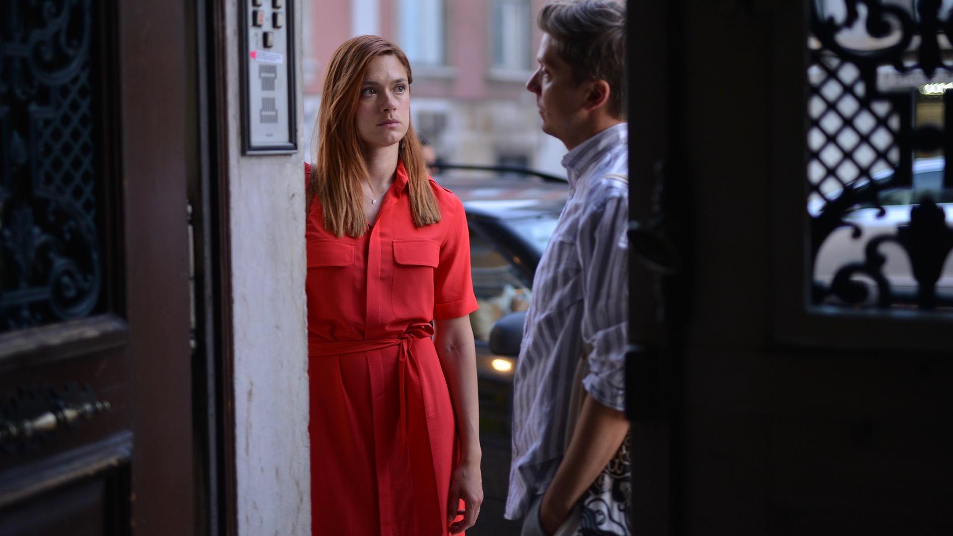 Kohtaus elokuvasta, nainen ja mies ovella