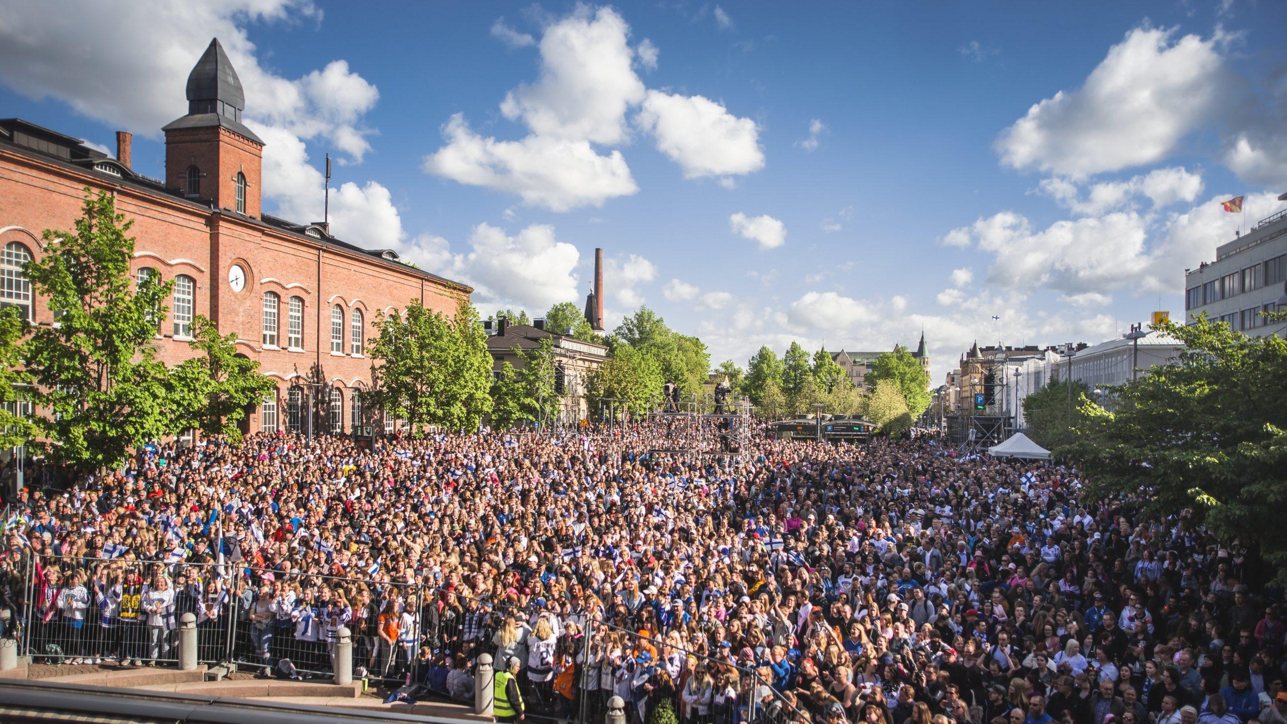 Tuhansia ihmisiä kuvattuna Tampereen Keskustorilla