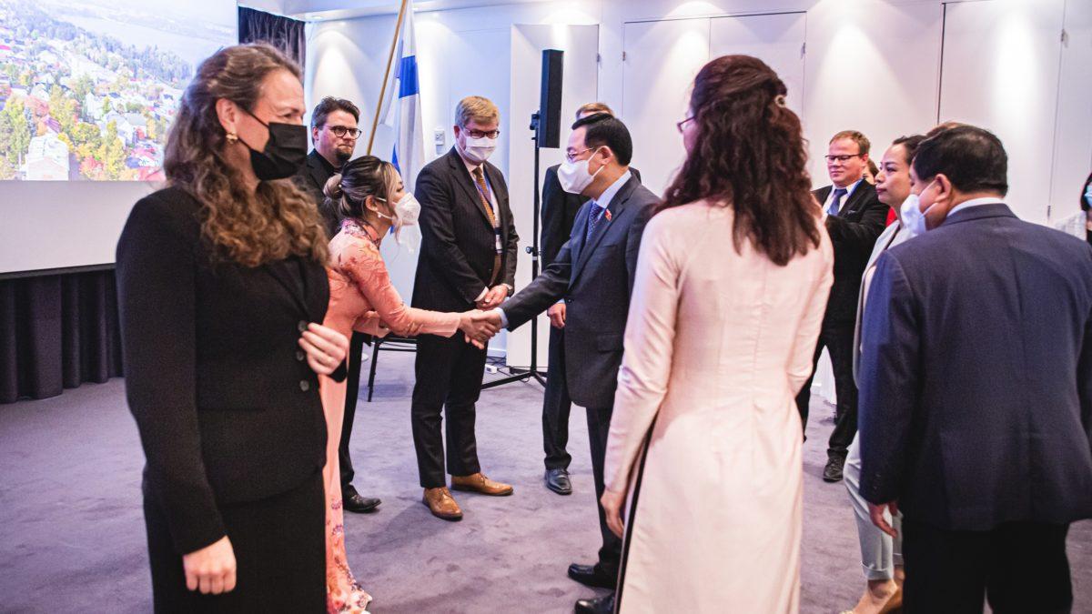 business tampereen asiantuntijat ja pormestari Anna-Kaisa Ikonen tapasivat vietnamin edustajia.